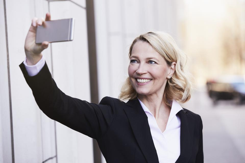 The Best LinkedIn Headshots And How To Create Yours