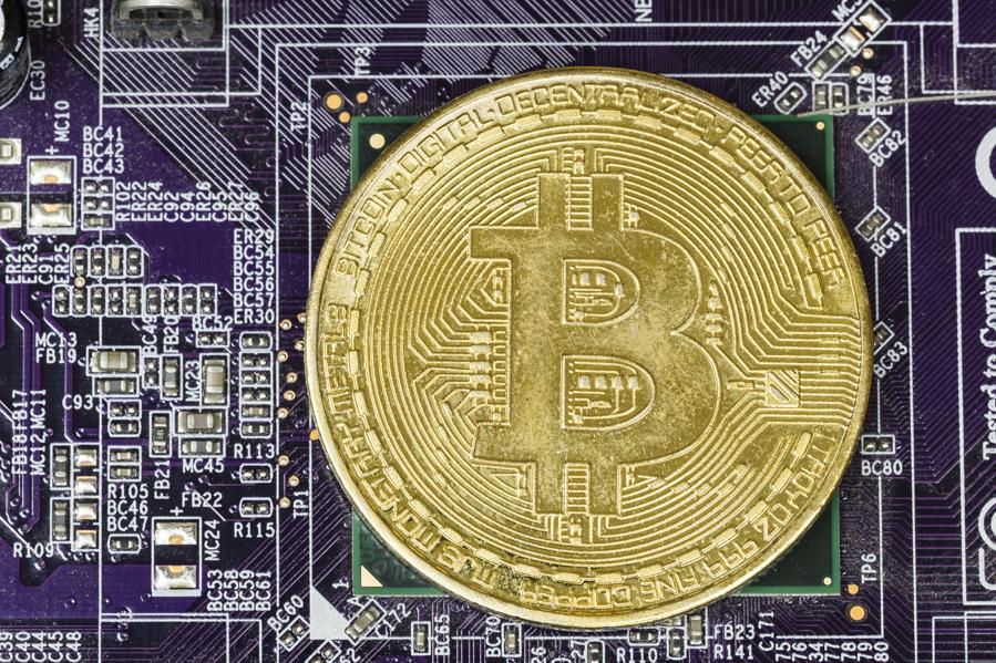 Bitcoin Falls Back Under $7,000