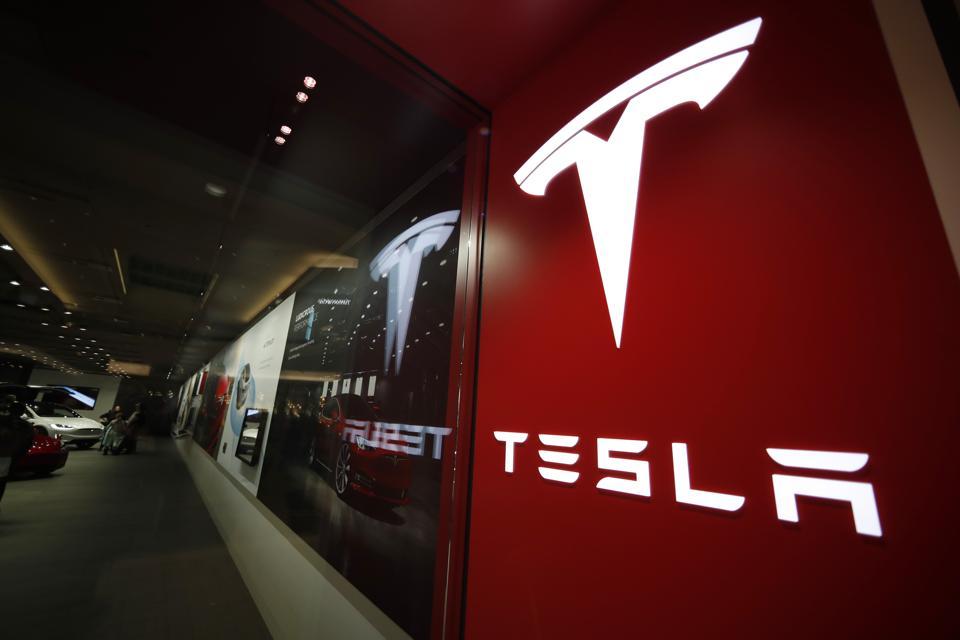 Tesla's Online-Only Model Leaves Many Experts Baffled