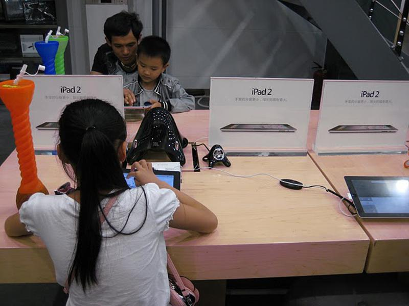 Chinese customers try 'Apple' products