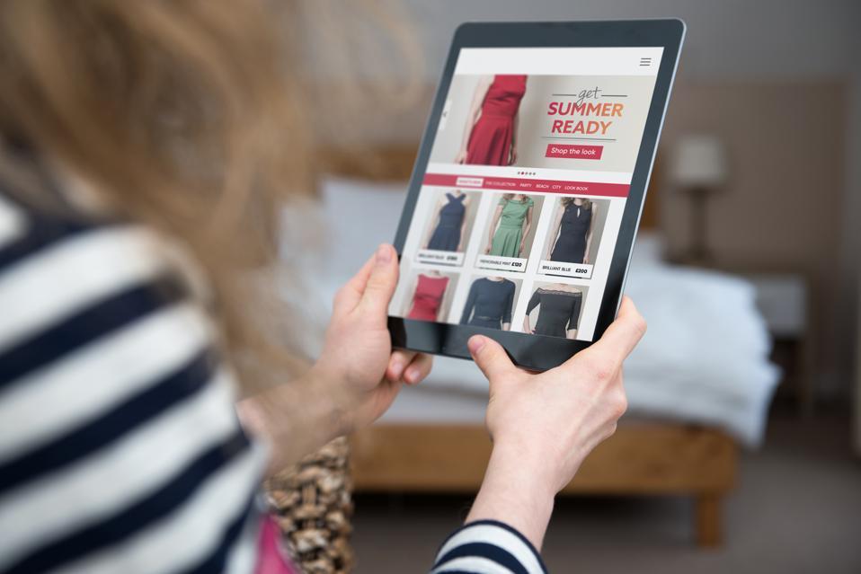 Babae ay naghahanap at namimili sa template ng website para sa fashion online shop.