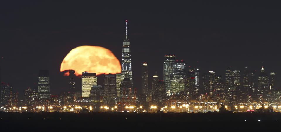 The full Hunter's Moon rises behind lower Manhattan and One World Trade Center in New York City. (Photo by Gary Hershorn/Getty Images)