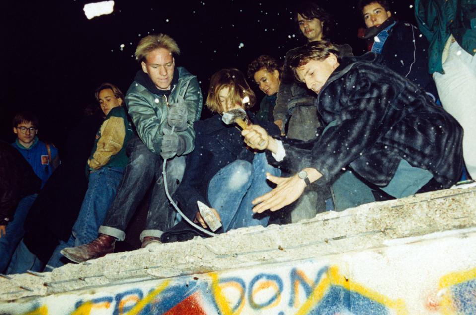 जो लोग बर्लिन की दीवार को काटकर भाग गए और आखिरकार उन्होंने इसे खत्म कर दिया