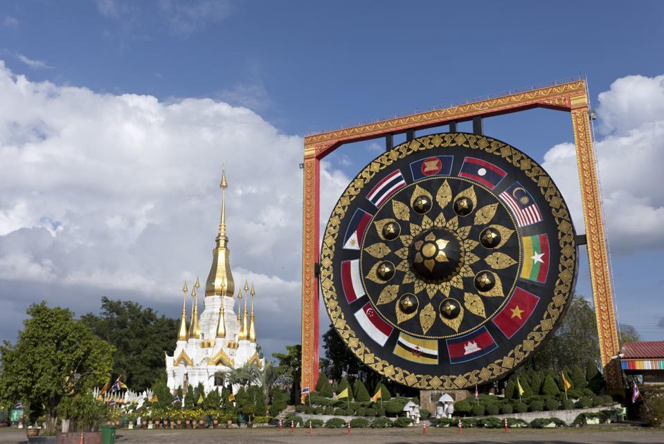 Thailand, Ubon Ratchathani, Wat Tham Khuha Sawan Amphoe Khong Chiam, big gong