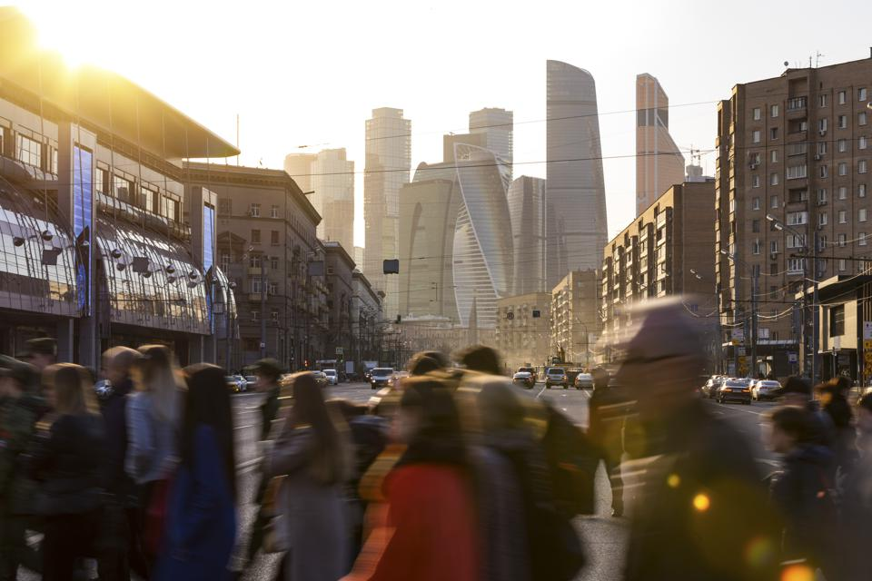 Russia, Moscow, Busy people crossing Bol'shaya Dorogomilovskaya Ulitsa