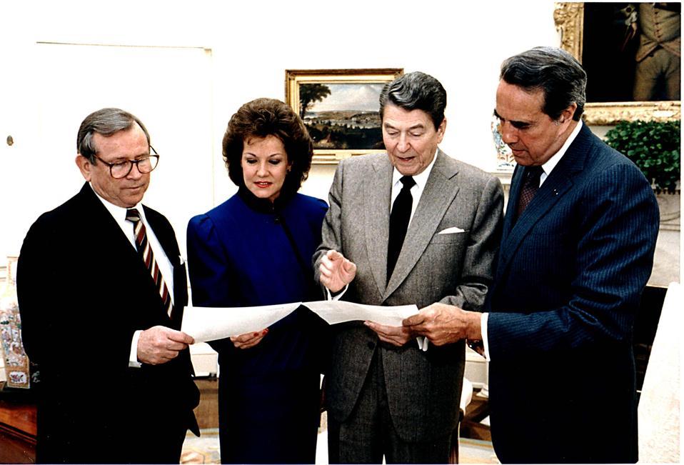 President Reagan & Advisors In Oval Office