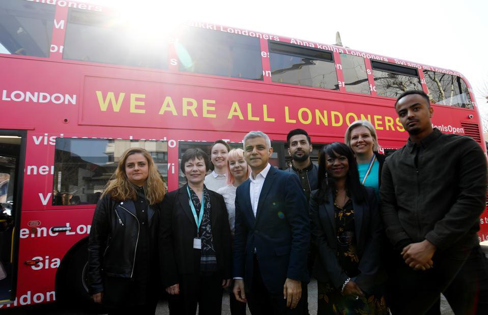 Sadiq Khan นายกเทศมนตรีกรุงลอนดอนถ่ายภาพร่วมกับชาวยุโรปในช่วงถ่ายภาพที่มหาวิทยาลัย East London ทางตะวันออกของกรุงลอนดอนในวันที่ 29 มีนาคม 2562 เพื่อส่งเสริมการเปิดตัวรถบัส 'We are all Londoners' ที่จะให้คำแนะนำทั่ว เงินทุนสำหรับการใช้งาน Settlement Scheme