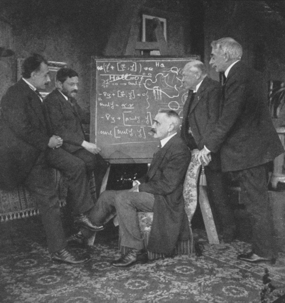 Albert EINSTEIN (1879-1955), German-Swiss-American mathematical physicist, left, with Paul Ehrenfest, Paul Langevin (1872-1946), French physicist, centre, Kammerling-Onnes and Pierre Weiss, Ehrenfest's home, Leyden, Netherlands. ...