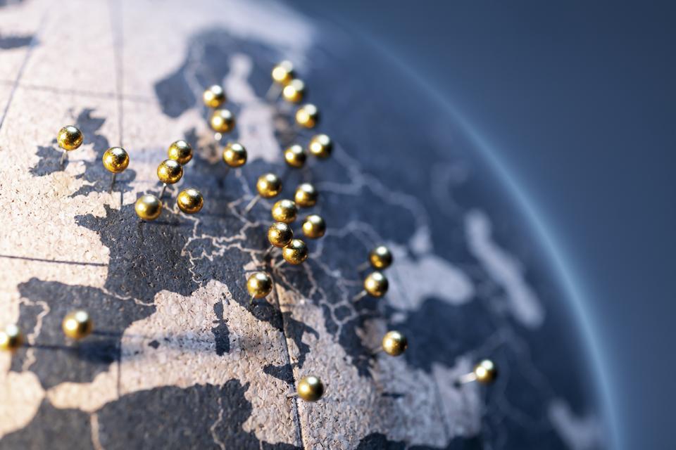 欧州連合の州と首都-コルク板グローブ上の金色のピン