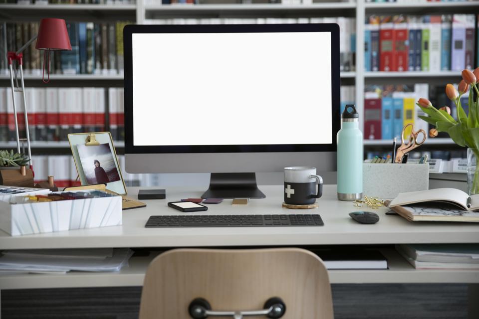 Ordinateur sur bureau dans un bureau de design d'intérieur