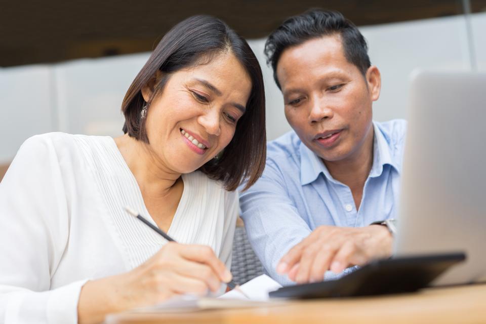 Couple calculating retirement needs