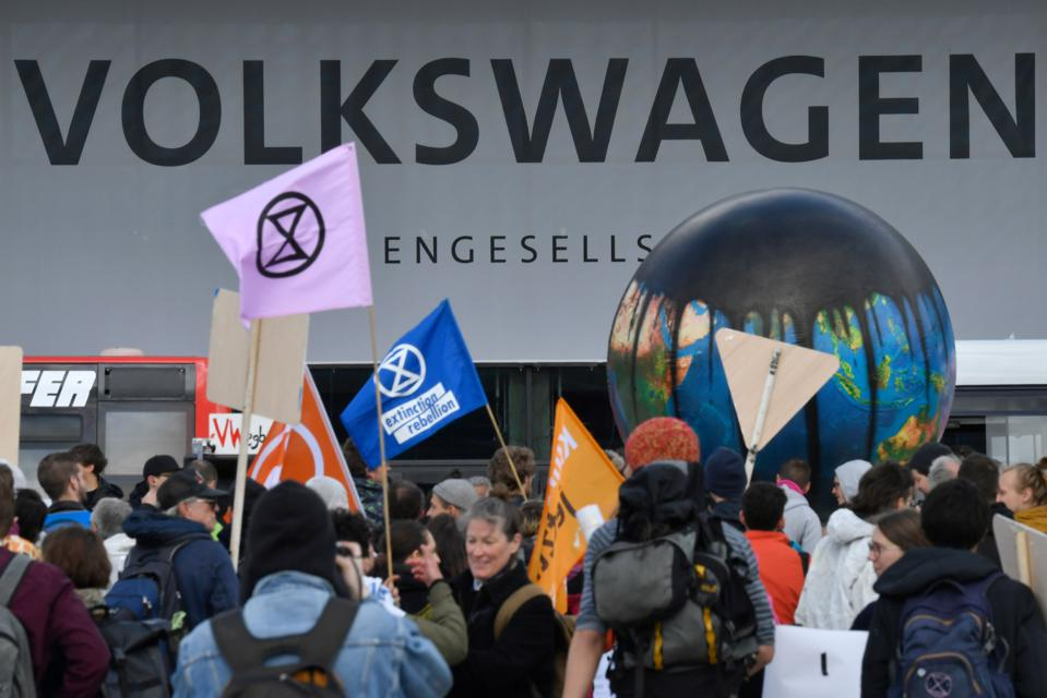 GERMANY-AUTOMOBILE-VOLKSWAGEN-AGM-CLIMATE-PROTEST