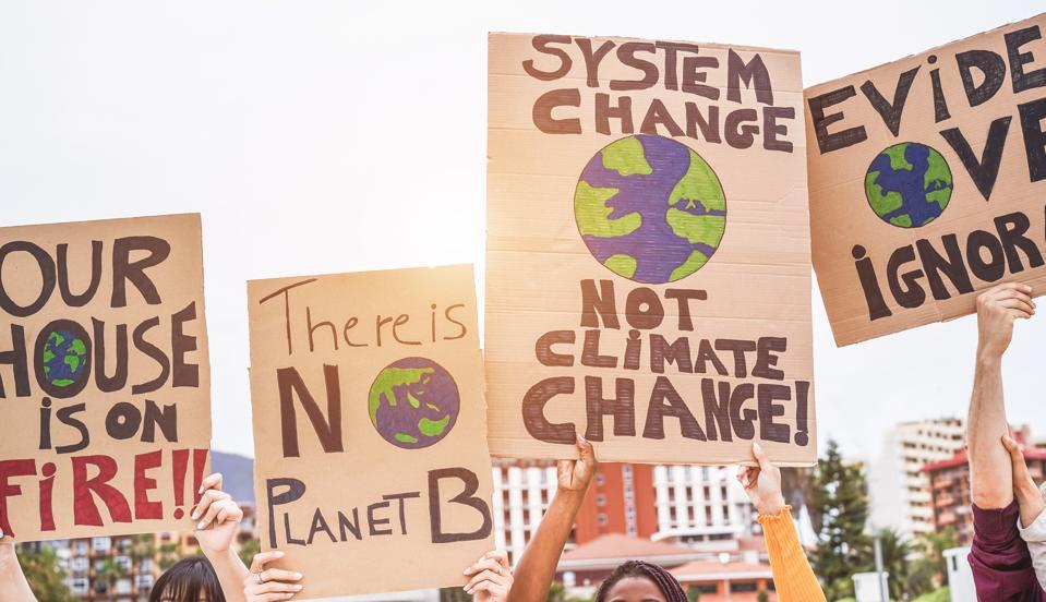 Gruppe af demonstranter på vej, unge mennesker fra forskellige kulturer og racekamp for klimaændringer - Global opvarmning og miljø-koncept - Fokus på bannere
