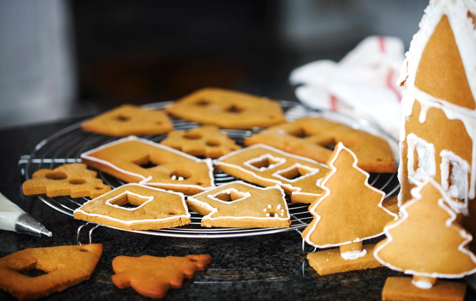 Making Cristmas gingerbread house and cookies.