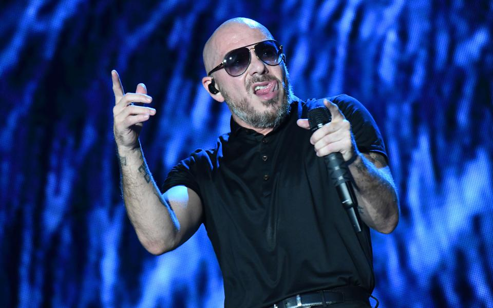 Pitbull y Nacho en concierto para honrar al oficial de policía de Orlando Kevin Valencia