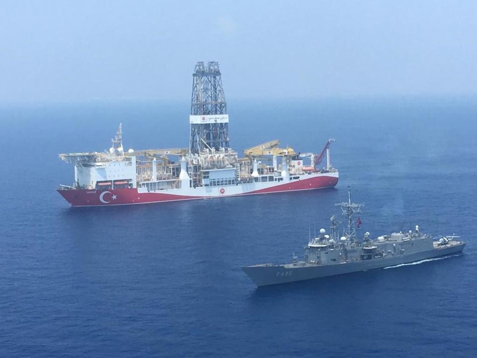Турецкий военный корабль сопровождает буровую установку