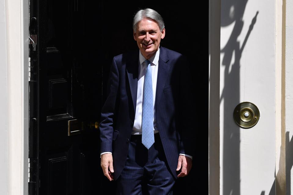 Theresa May verlaat Downing Street voor haar laatste PMQ's
