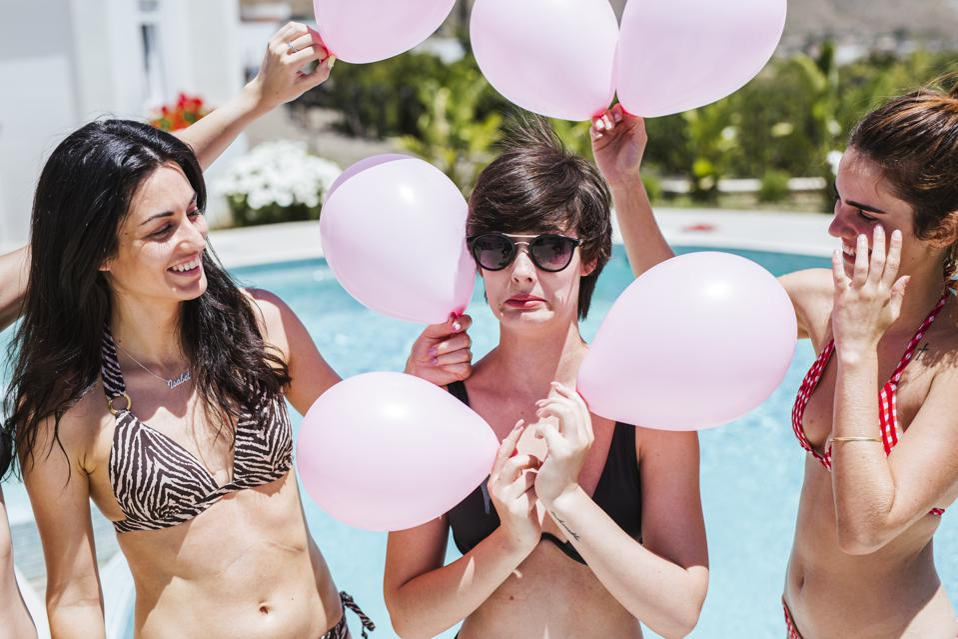 Copines fête son anniversaire à la piscine