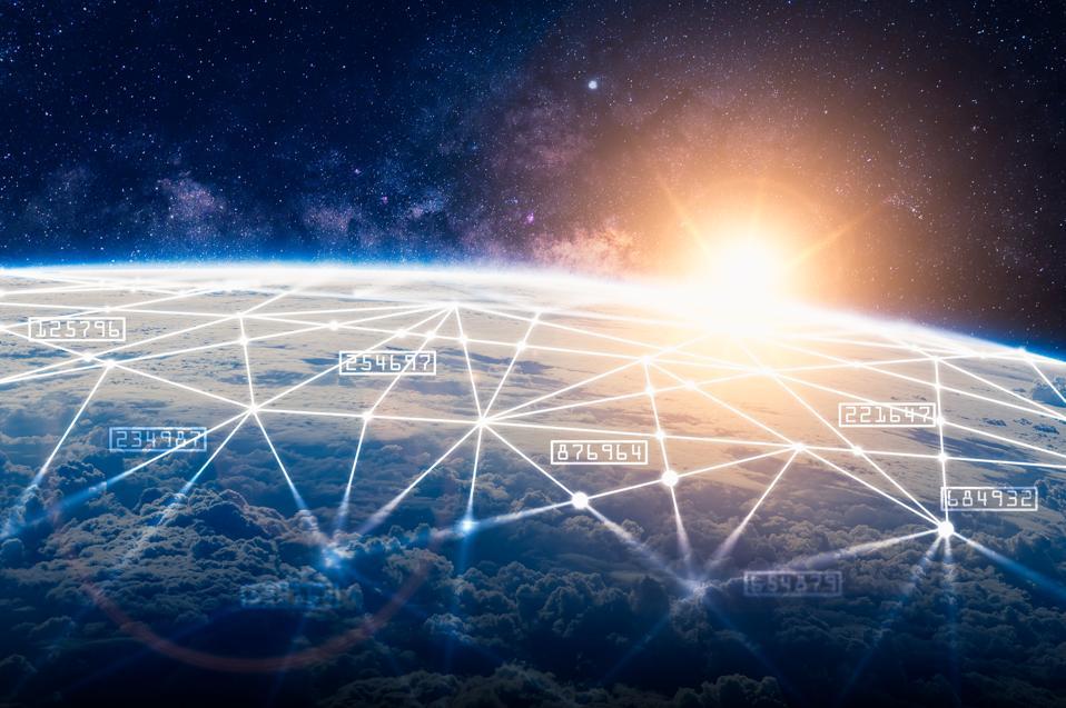 नेटवर्क होलोग्राम के साथ अंतरिक्ष ओवरले पर दुनिया के क्षितिज की अमूर्त छवि।