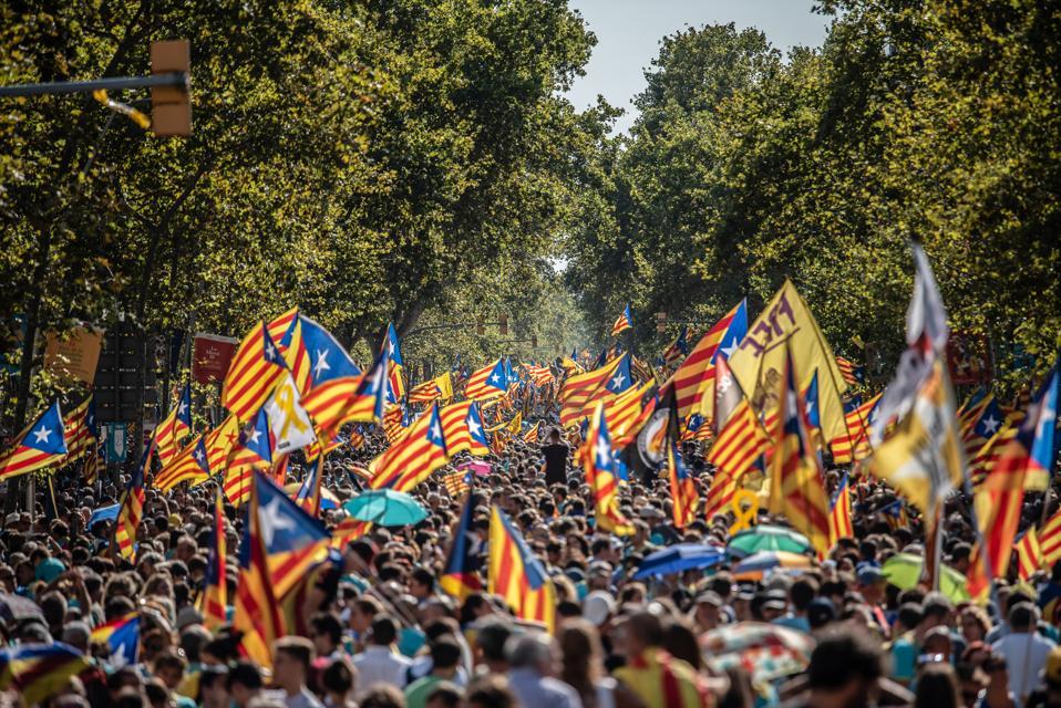 Orang banyak berkumpul memegang bendera selama demonstrasi untuk ...