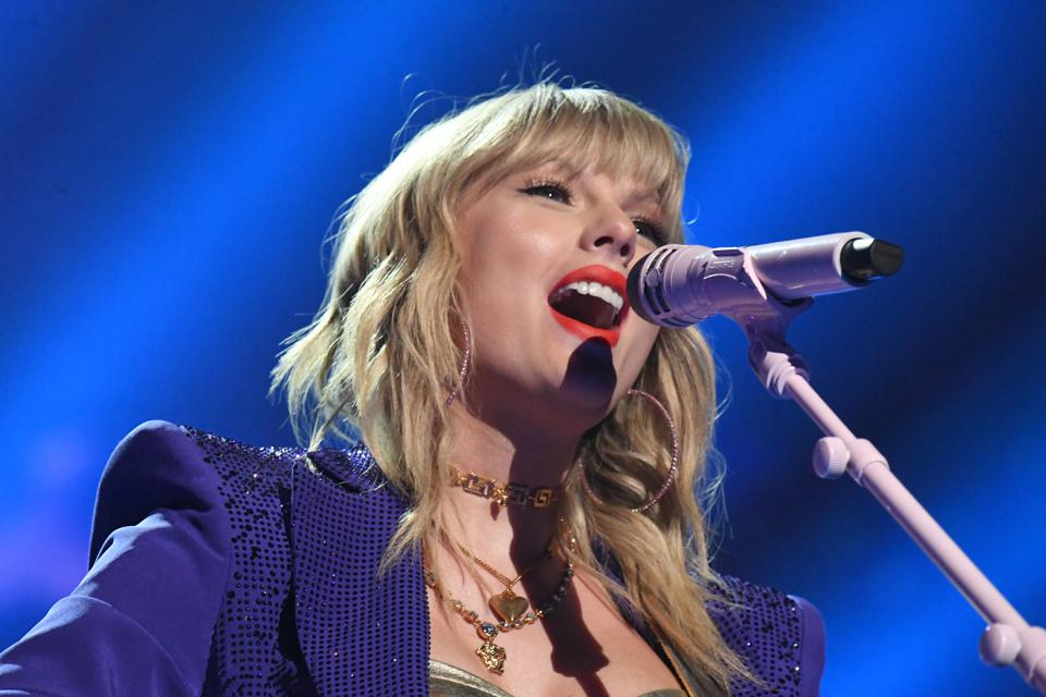 Big Machine Records Will Let Taylor Swift Perform Her Old Songs At The American Music Awards