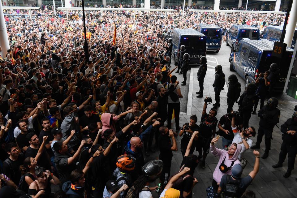 Protes di Barcelona setelah hukuman penjara pemimpin separatis Catalan