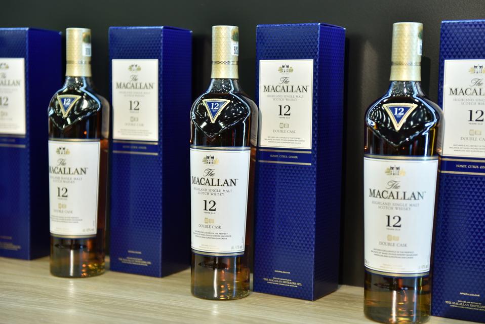LONDEN, ENGELAND - 23 OKTOBER: Flessen van 12 jaar oude double cask Macallan highland single malt scotch whisky (Foto door John Keeble/Getty Images)M Sotheby's London - Euroopean Car Collectors Events's London - Euroopean Car Collectors Events