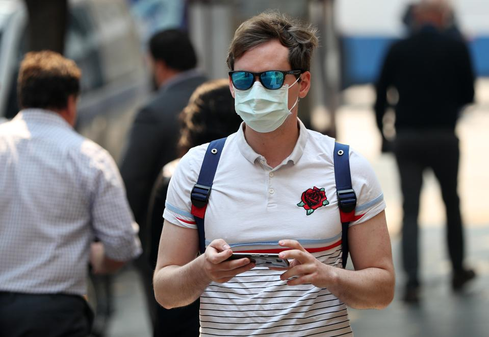 Man wears mask to protect himself from inhaling harmful levels of bushfire smoke in Sydney