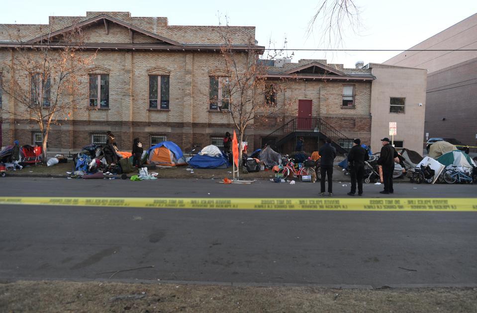 Pulizia del campo dei senzatetto a Denver