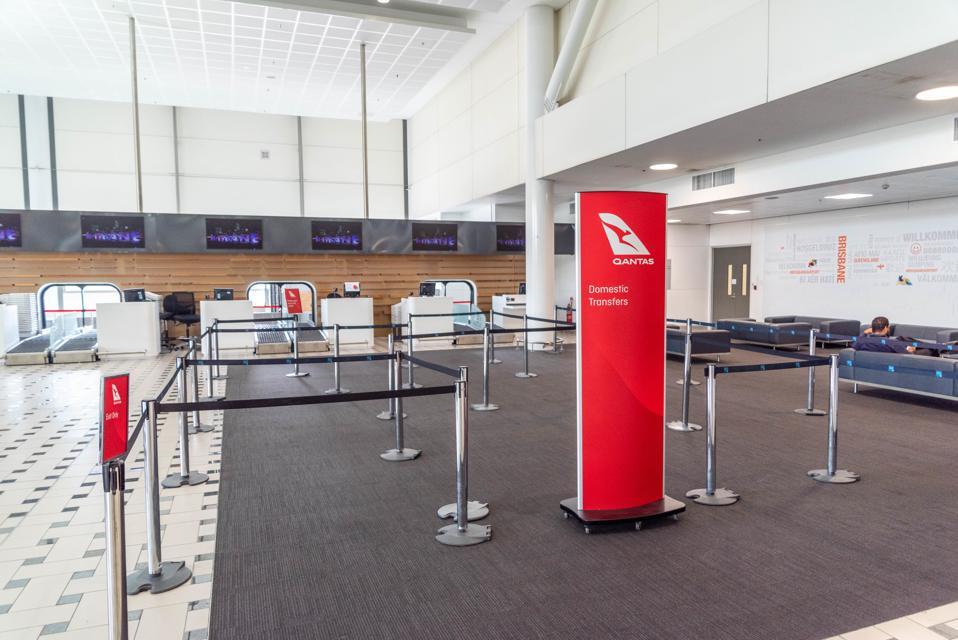 La zone d'enregistrement des départs de l'aéroport de Brisbane est représentée vide ...