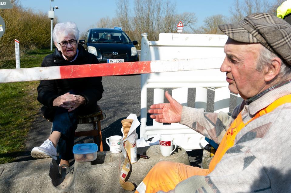 Senior couple meets at the border