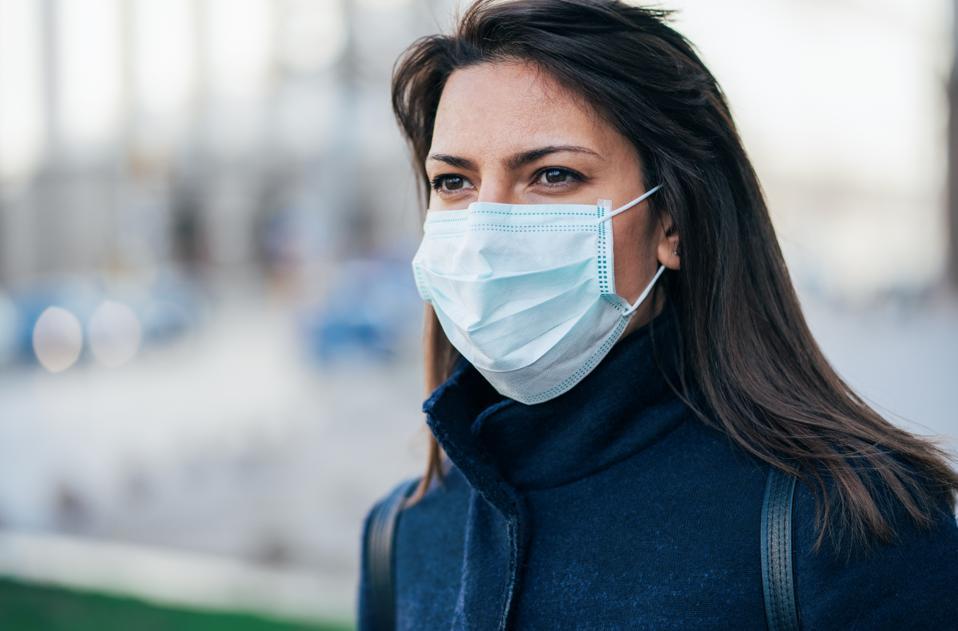 Femme avec un masque protecteur pour prévenir le coronavirus