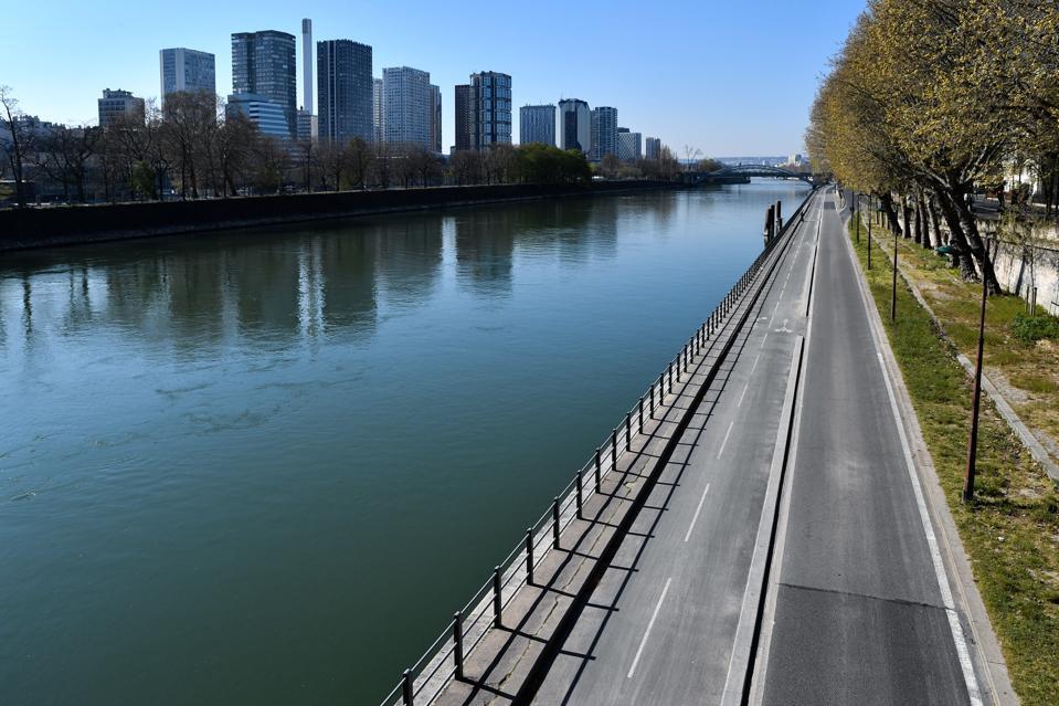 Coronavirus lockdown France empty paris seine