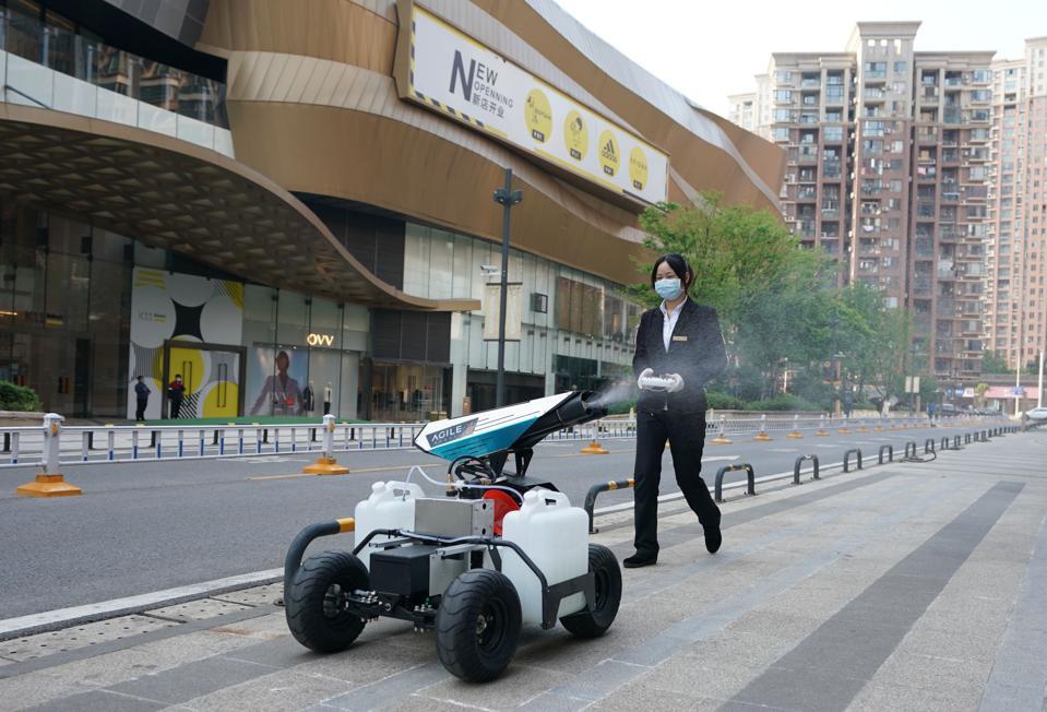 CHINA-WUHAN-COVID-19-ROBOT-STERILIZATION (CN)