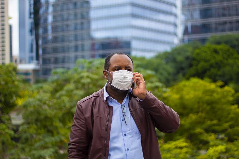 Businessman with cellphone in hand - phone call - coronavírus