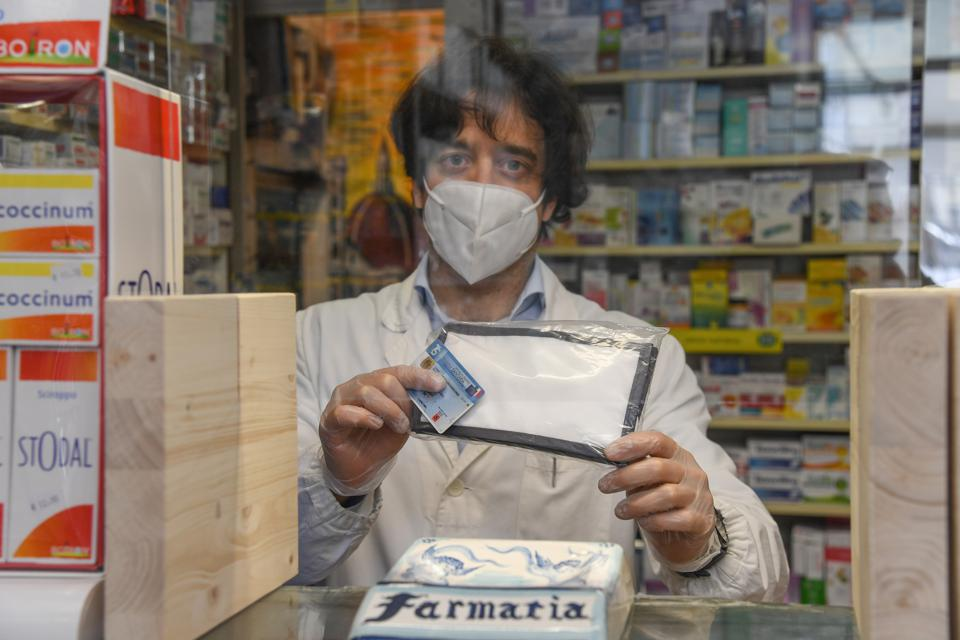 Pharmacies in Tuscany deliver face masks