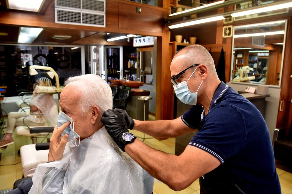 Hairdressing businesses begin to work in Vendrell, Spain