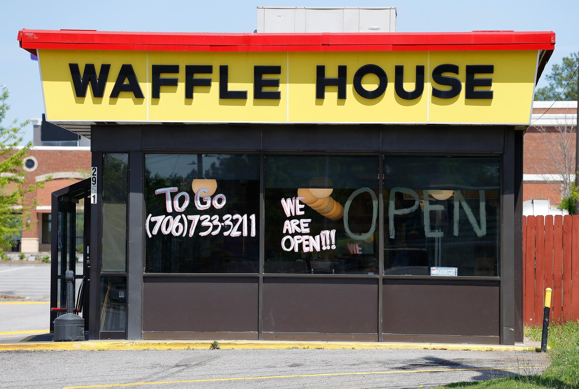 Poucos locais da Waffle House têm drive-thru, o que tornou a transição para os pedidos de entrega mais desafiadora.