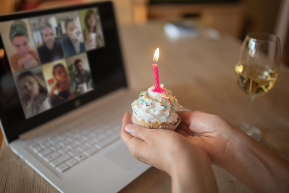 Femme, célébrer, anniversaire, seul, chez soi