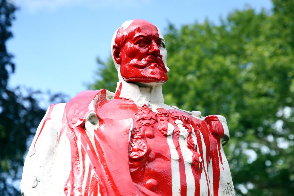 Bust of General Storms defaced in Brussels