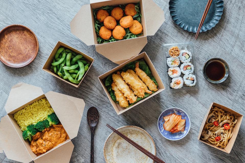 Profiter d'un assortiment de plats à emporter à la maison