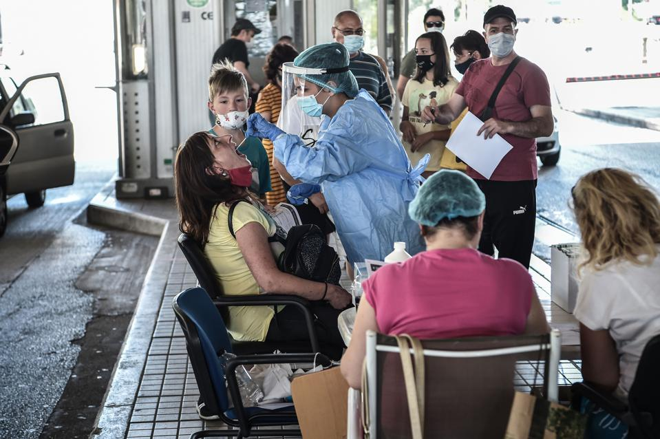 Greek authorities take Covid tests from tourists arriving from Balkan countries