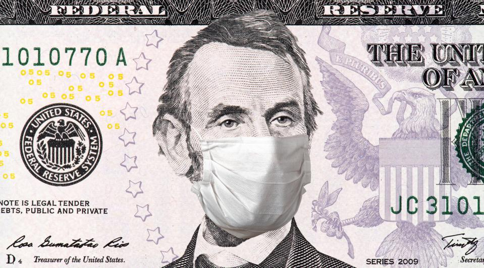 Abraham Lincoln uses a surgical mask because of Covid-19