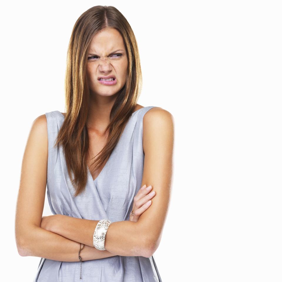 Muotokuva inhottu nainen seisoo kädet ristissä