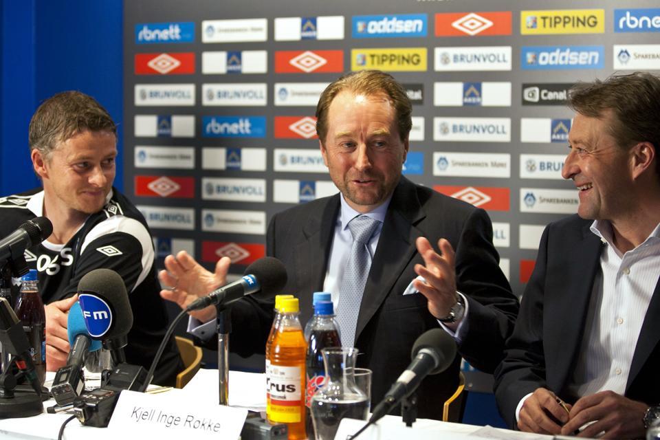 Kjell Inge Røkke (center) at a Molde FK press conference alongside former manager Ole Gunnar Solskjær (left)