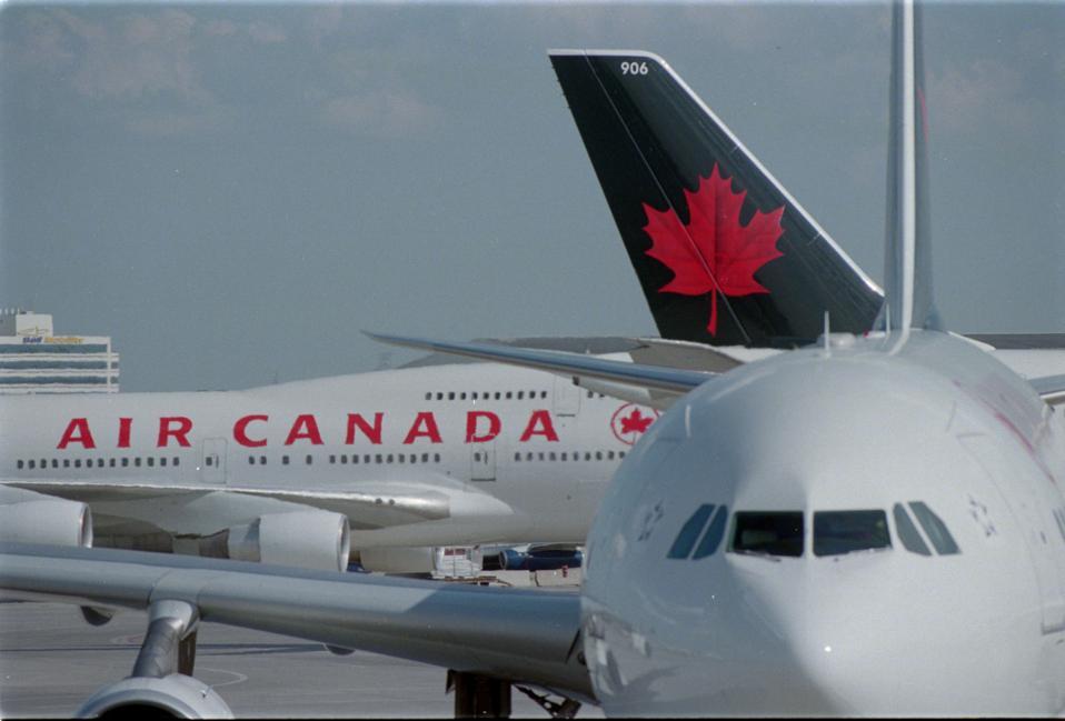 Slike putnika u liniji na području odlaska Air Canada, putnici i ljudi koji gledaju na odlazak