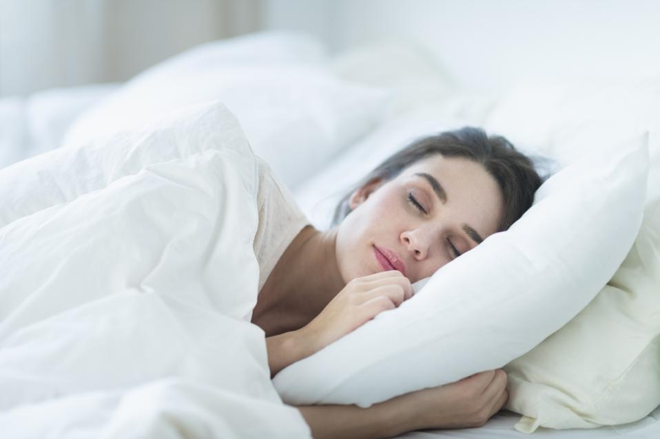 USA, New Jersey, Jersey City, femme endormie dans son lit