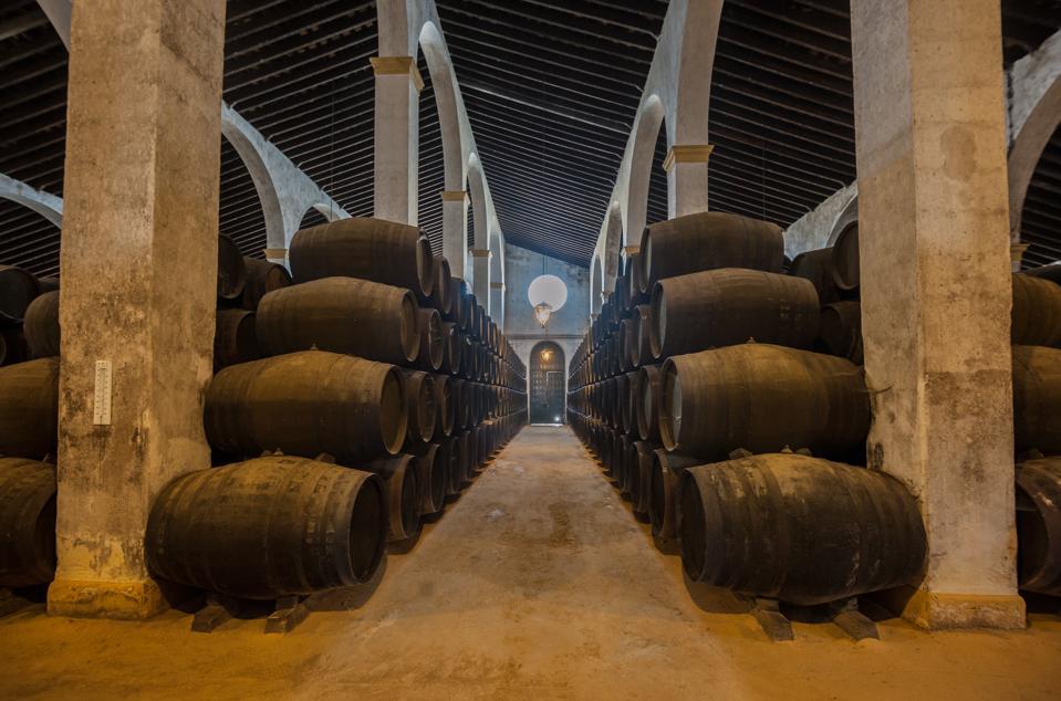 Sherryvaten staan langs een looppad in een bodega in Jerez, Spanje