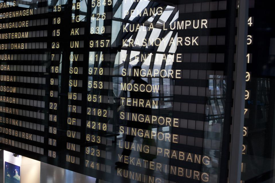 Airport deapature board na nagpapakita ng mga destinasyon sa Asya