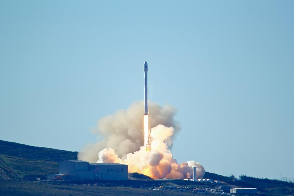 SpaceX Plan For Moon Flyby Faces Economic And Technical Challenges